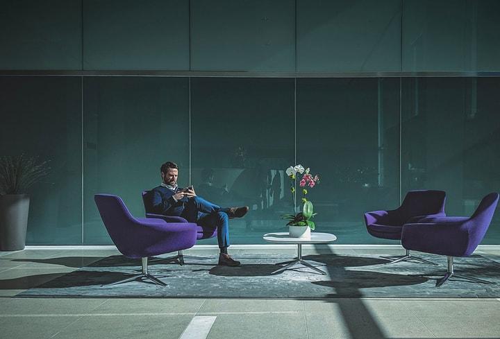 Dekoro detalės purpurinės laukiamajam biure