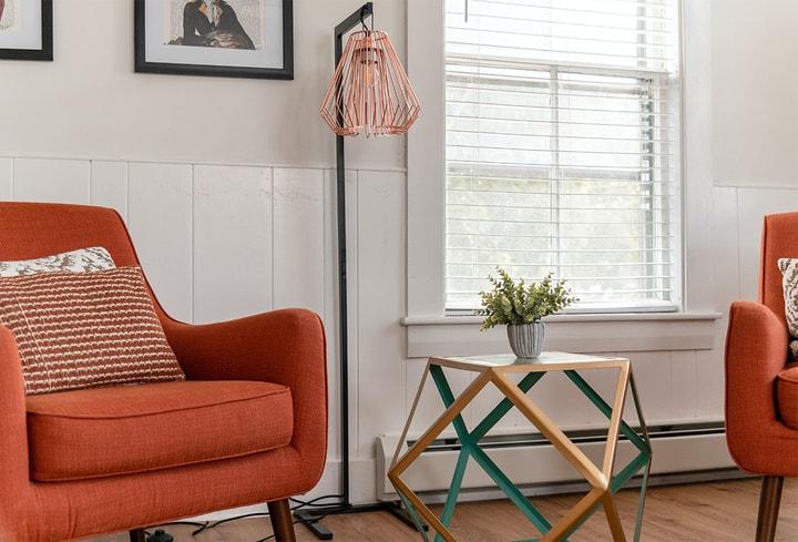 Oranažinė ryški interjero spalva svetainėj