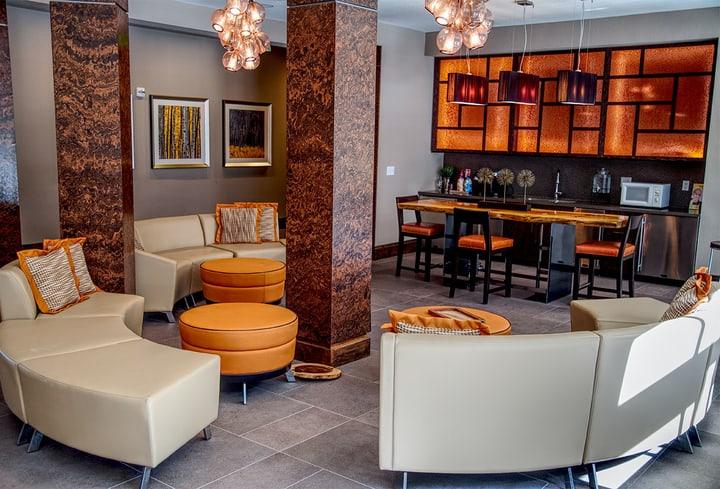 Oranžinė spalva kambaryje viešbutyje