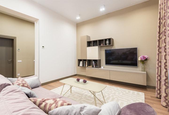 Rožinės spalvos namų kambaryje 2022 metų