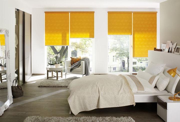 Ryški šilta geltona interjero spalva miegamajam