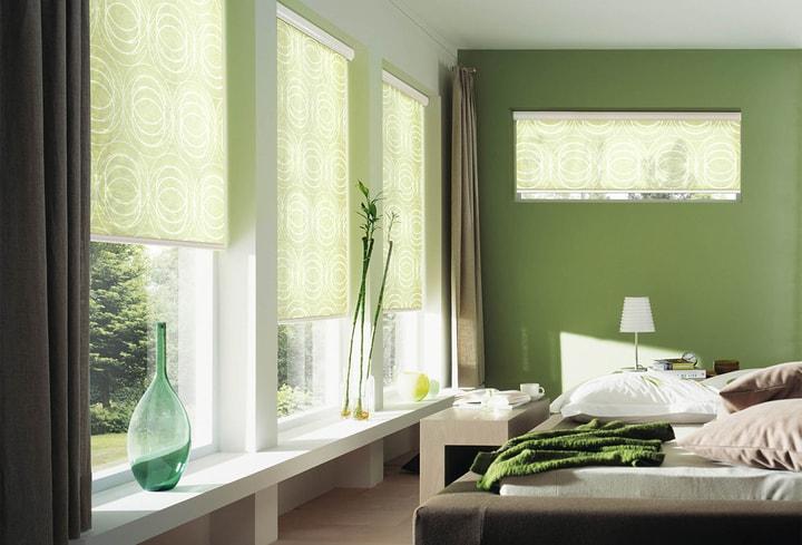 Žalia ryški interjero spalva miegamajam