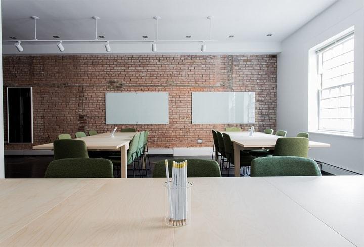 Žalios spalvos kambaryje biure ofise