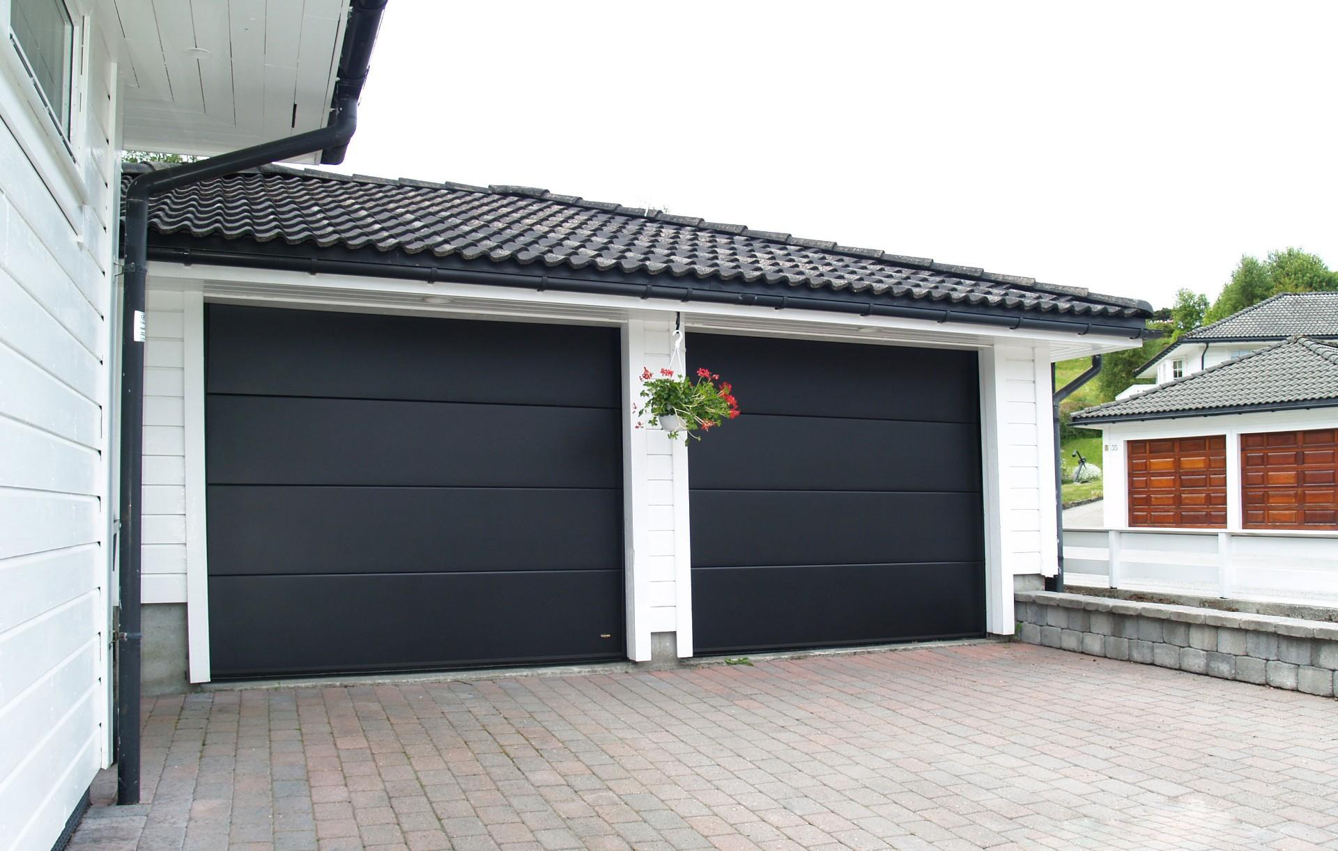 Pakeliami garažo vartai su plačia juosta
