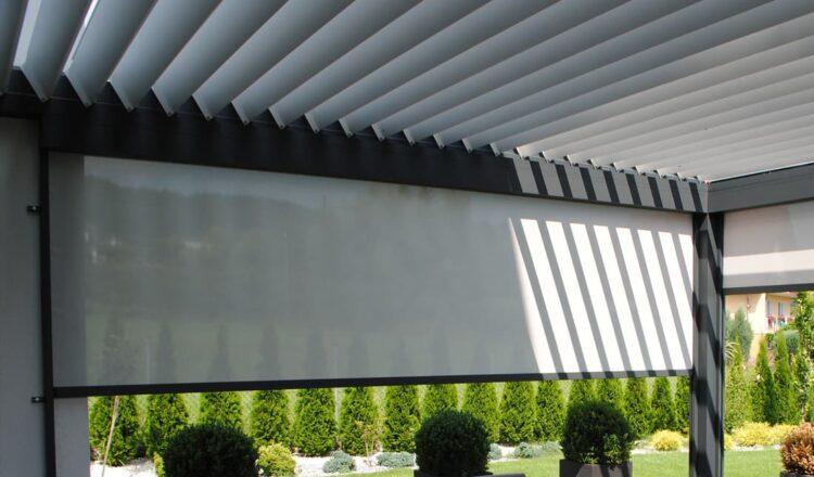 Bioklimatinė pergola lauko roletai terasoje
