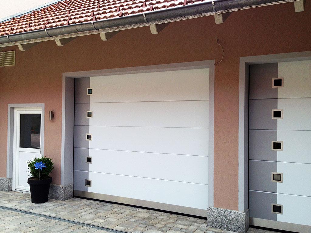 Garažo vartai lygiu paviršiumi, su langeliais