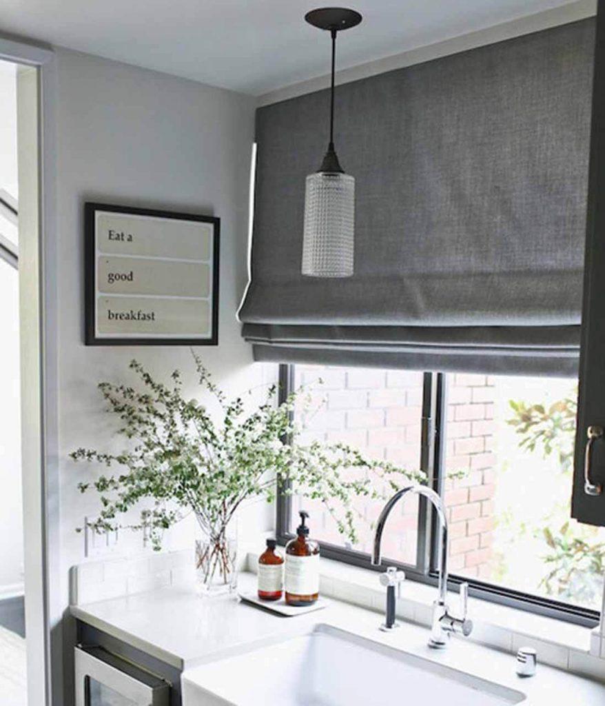Pilkos romanetės virtuvėje