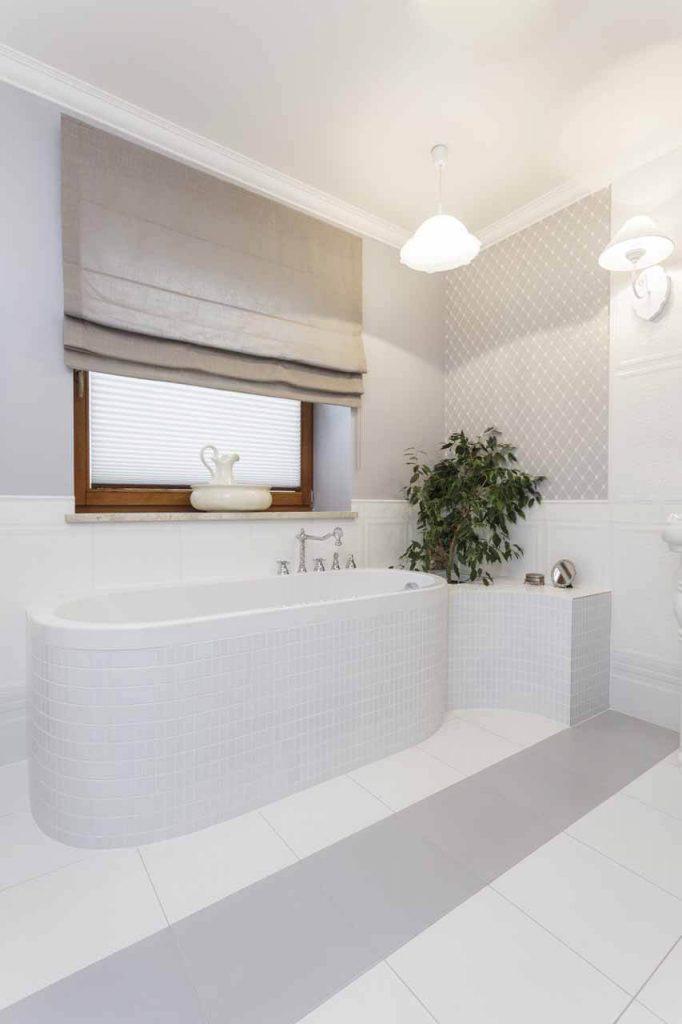 Romanetes vonios kambaryje