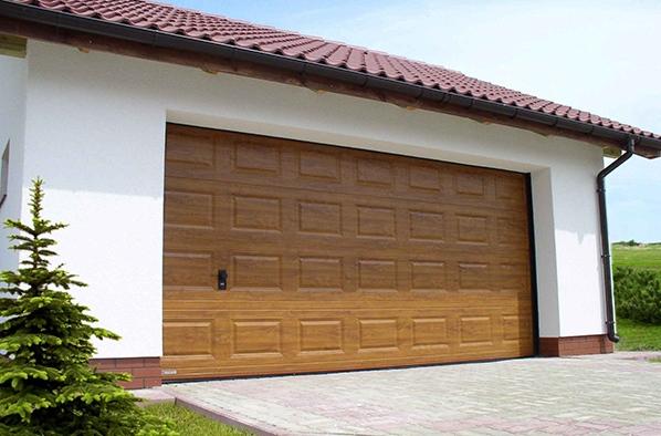 Pakeliami garažo vartai su isprudomis