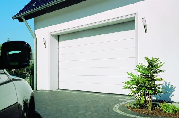 Balti pakeliami garažo vartai su vidurio juosta