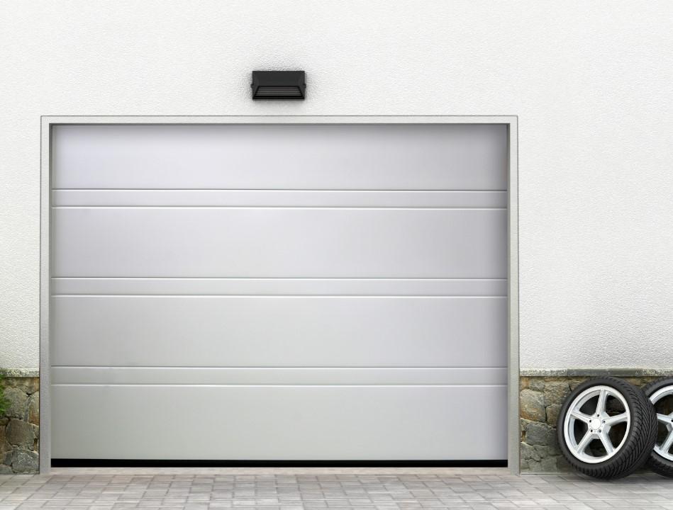 Balti segmentiniai garažo vartai.