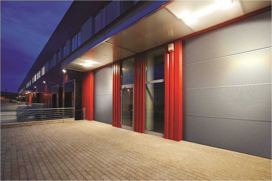 Segmentiniai garažo vartai su smulkiomis juostomis