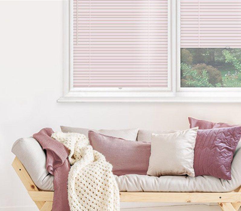 Interjere ir langų dekore blyški rožine