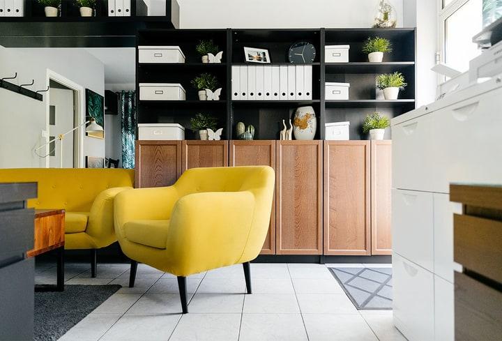 Geltona detalė svetainėj namuose