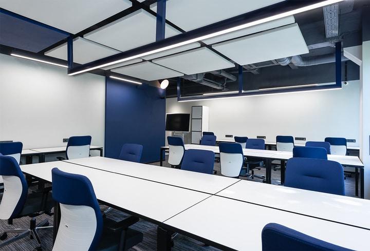 Mėlyna darbo vietos biurams populia spalva