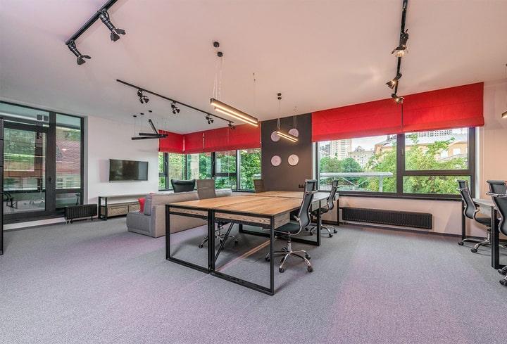 Raudona ofisuose produktyvu ambicijos