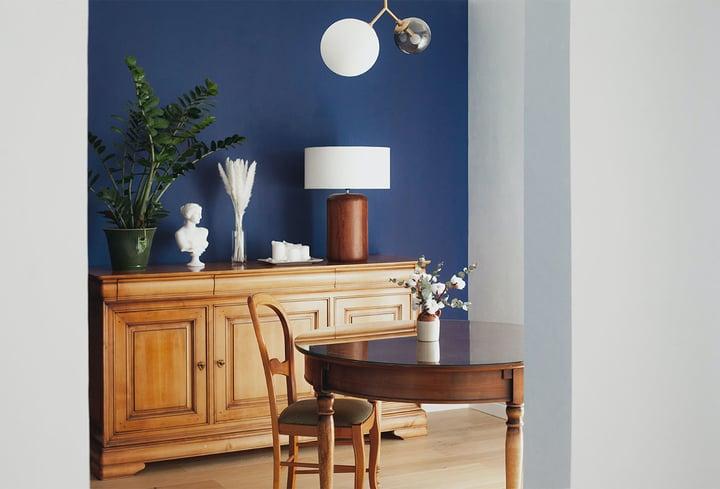 Tamsiai mėlyna interjero spalva valgomajam kambary