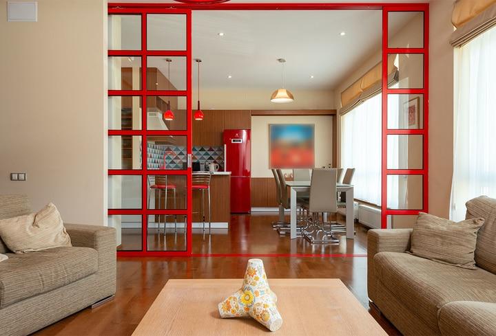Tamsiai raudona interjero spalva valgomajam kambary